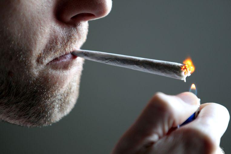 Een 'jointje' roken: meer dan de helft van de Antwerpse studenten heeft het al gedaan.