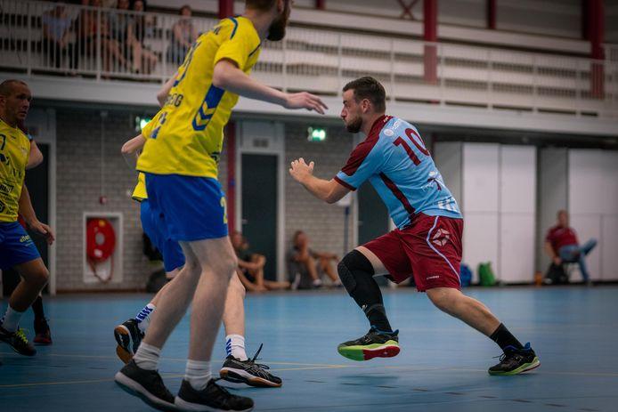 Pascal Lucassen (10) deed in de eerste competitiewedstrijd van DFS Arnhem tegen Havas zelf mee. In het bekerduel in Almere fungeerde hij als coach, zonder succes.