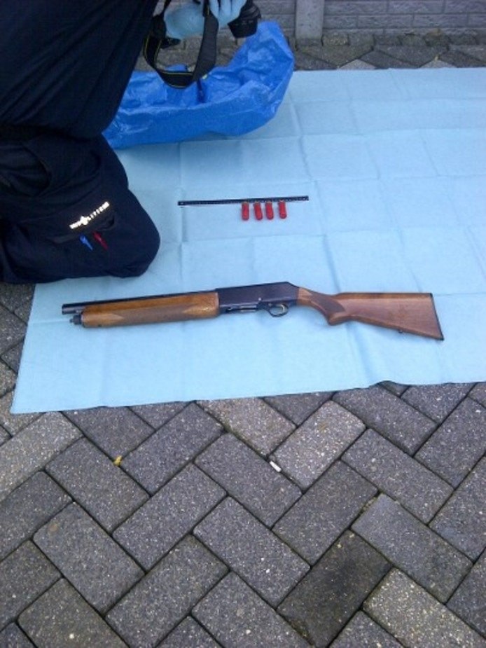 Aan de Broekweg in Waalre zijn verschillende wapens gevonden, waaronder automatische vuurwapens.