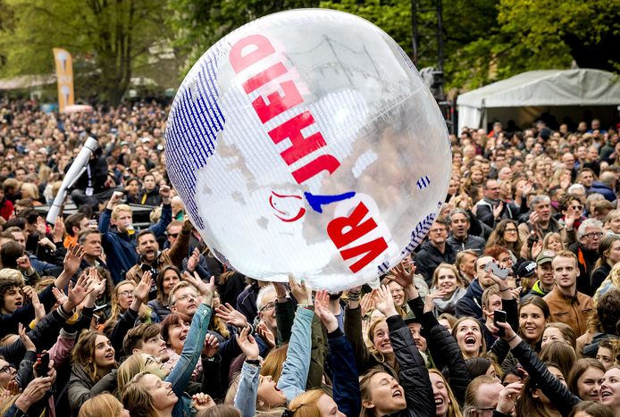 Publiek tijdens het Bevrijdingsfestival in de Haarlemmerhout