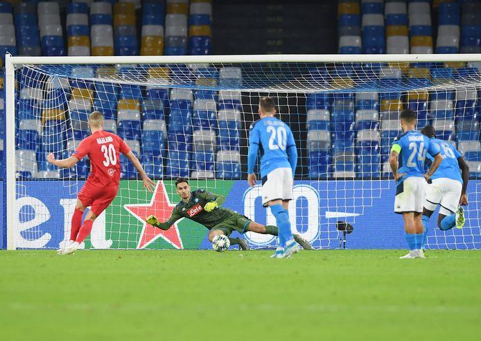 Erling Braut Haaland maakt de 0-1 tegen Napoli.