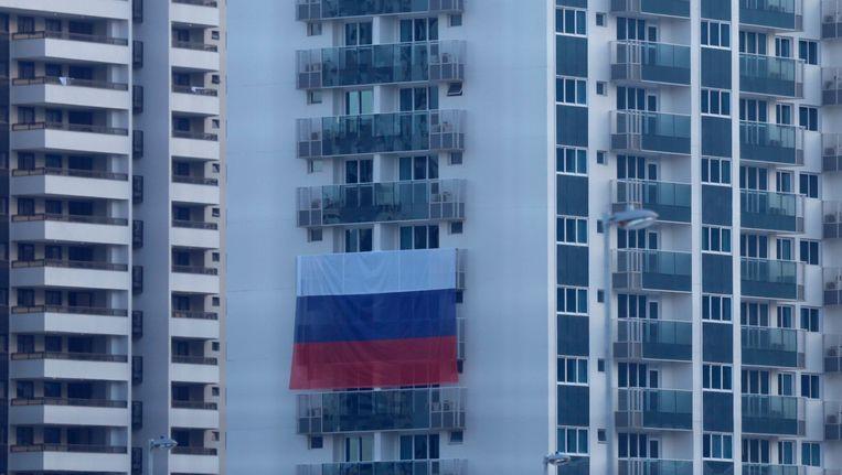 In het Olympisch dorp in Rio hangt een grote Russische vlag over de balkons. Beeld EPA