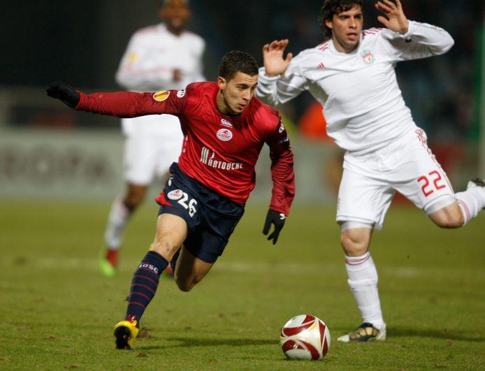 Eden Hazard, de beste speler in de historie van Lille. Hier flitst hij in 2010 voorbij Liverpool-back Emiliano Insúa.