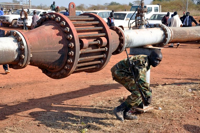 Een gewapende militair bij een oliepijp in Zuid-Sudan. Archieffoto.