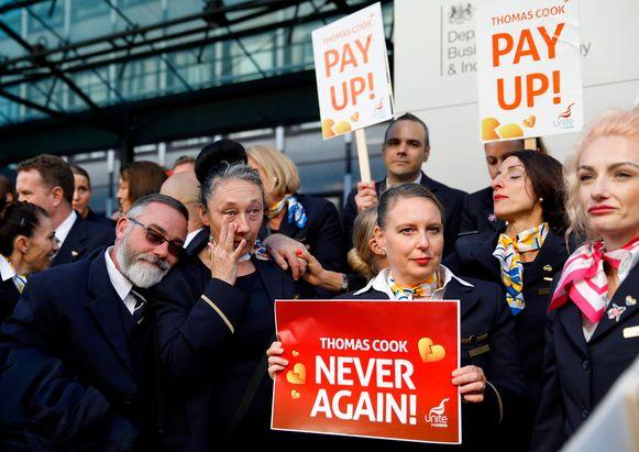 Gedupeerde ex-werknemers van Thomas Cook gisteren tijdens een demonstratie in Londen.