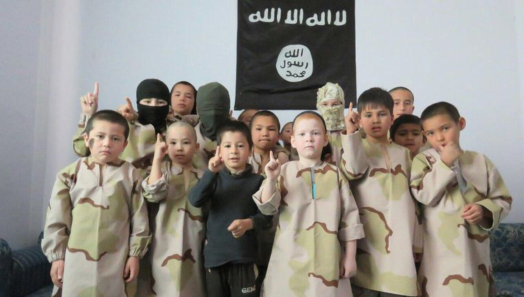 Kinderen in IS-gebied. Een van hen is de zoon van Noerjana Ibrahimova (linksboven) uit Dagestan. Beeld via Noerjana Ibrahimova