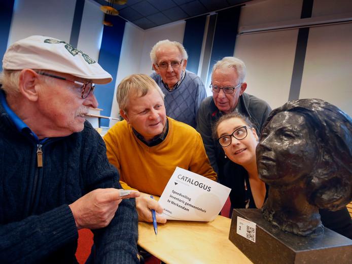 Bij de veiling trok het borstbeeld van Beatrix veel aandacht.