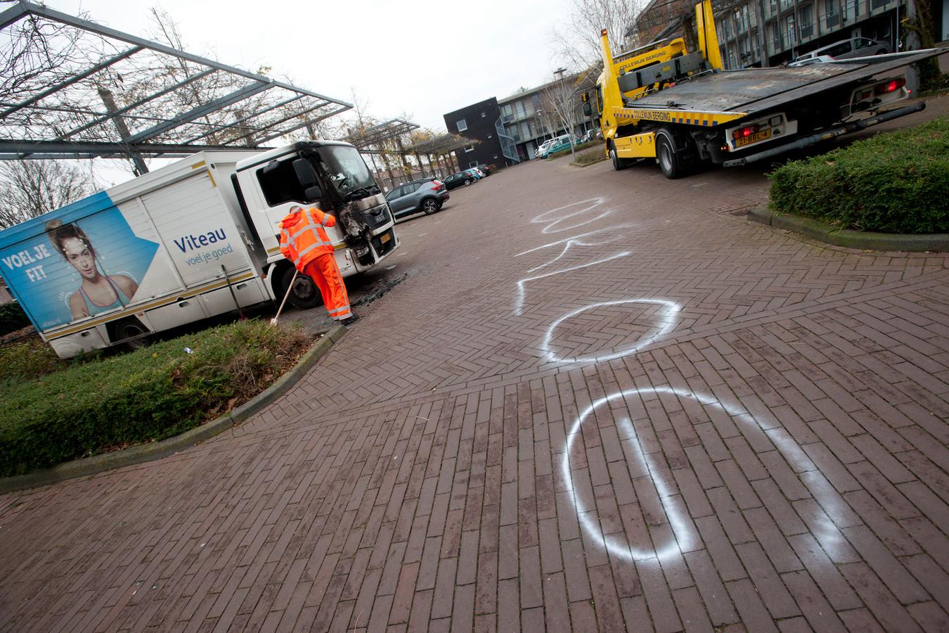 Op de Adriaan van Ostadestraat werd afgelopen weekend opnieuw een voertuig in brand gestoken. De vermoedelijke daders schreven daarbij het woord 'oorlog' op de weg.