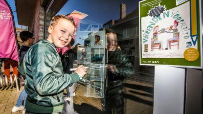Kinderen mogen voor één keer tekenen op ramen van bibliotheken