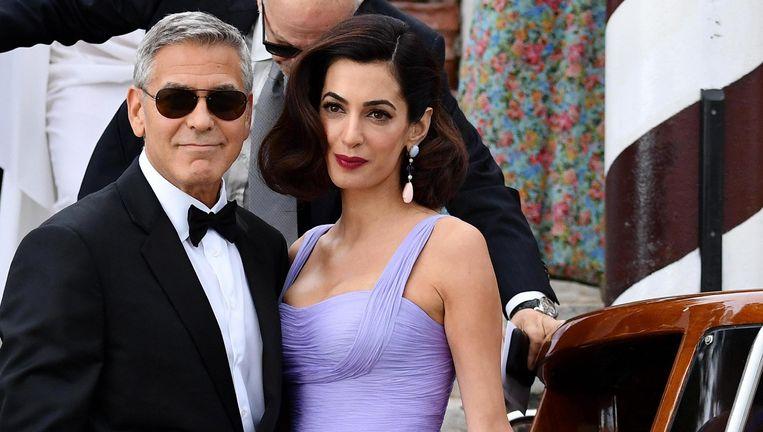 George Clooney en zijn echtgenote Amal verlaten het Cipriani Hotel in Venetië waar Clooney zijn nieuwste film voorstelt.