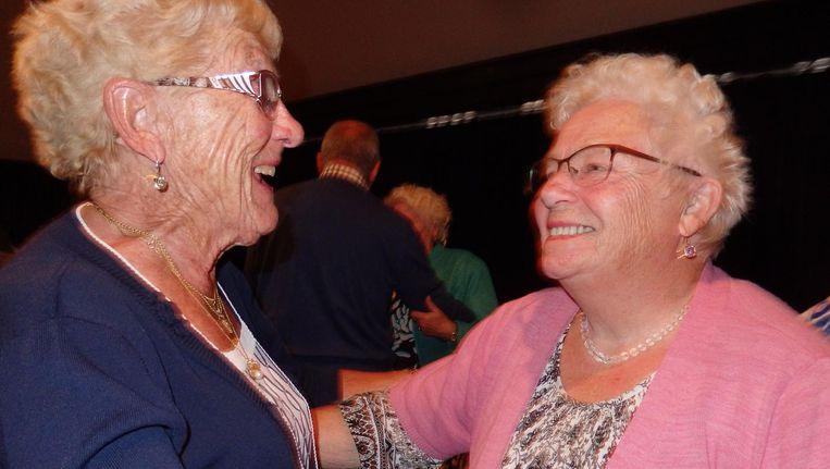 Corrie Nisters (r), voor het eerst sinds acht jaar op de dansvloer, samen met vriendin Beppie van Zal. Beeld Schuim