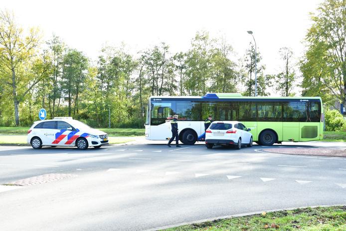 Op de Visarendweg in Lelystad reed een personenauto werd de lijnbus klemgereden door een personenauto.