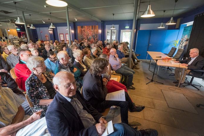 Eregast Max van den Berg spreekt in het bevrijdingsmuseum.