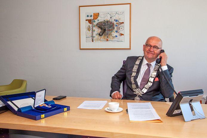 Burgemeester Jan Heijkoop van Hendrik-Ido-Ambacht belde met drie inwoners van Ambacht om hen te vertellen dat ze zijn benoemd tot Lid in de Orde van Oranje-Nassau.