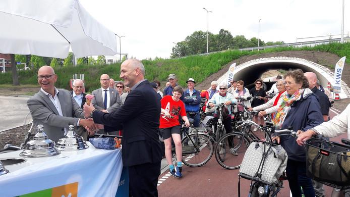 Wethouder Gerard Bruijniks (links) geeft het eerste ijsje aan bedrijfsleider Martin Lebeau van KWS Infra uit Roosendaal.