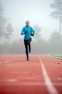Claudia Reuvers in actie op de atletiekbaan in Arnhem.
