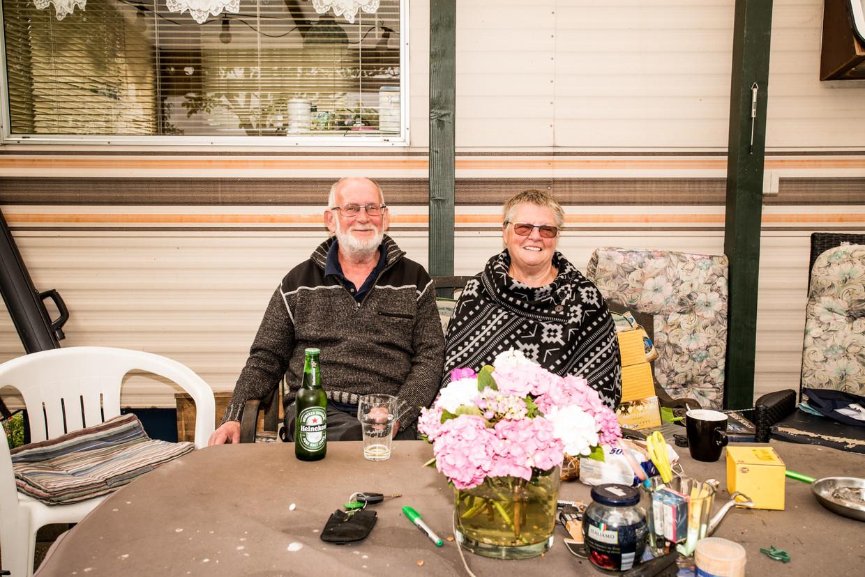 Nico Groot en Adrie Gardien zitten voor de caravan die van Nico's moeder is geweest. Beeld Jan Mulders