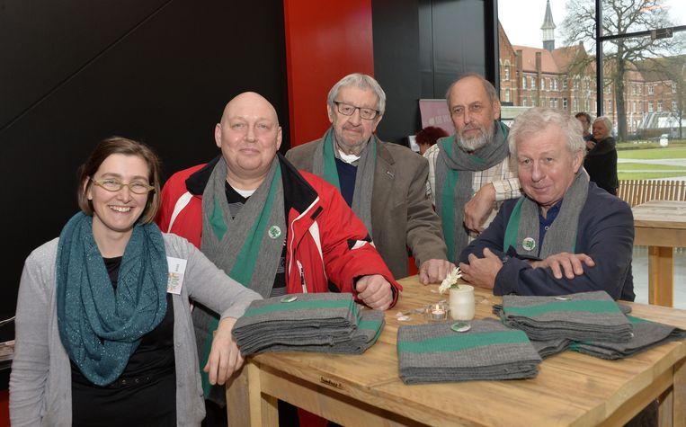 Bieke Suykerbuyk, Patrick Hens, Walter Boogers, Karel Arets en Luc Steeman tonen de grijs-groene sjaals waarmee ze actie voeren tegen de opgelegde besparingen.