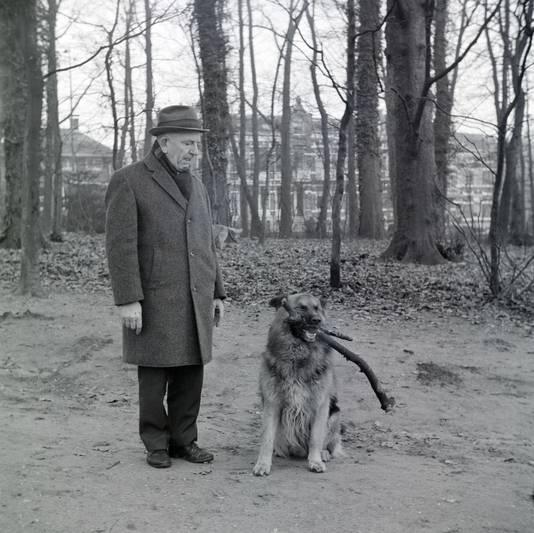 Agent  Van Veldhoven, bedenker van de voetbalwedstrijde op de Ronde Weide in Sonsbeek onder de straatjeugd van naoorlogs Arnhem. Hier wandelend met zijn hond door Sonsbeek in 1972.