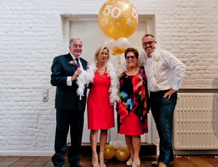 Gouden jubileum: op de foto Etienne en Denise samen met de bevoegde schepenen