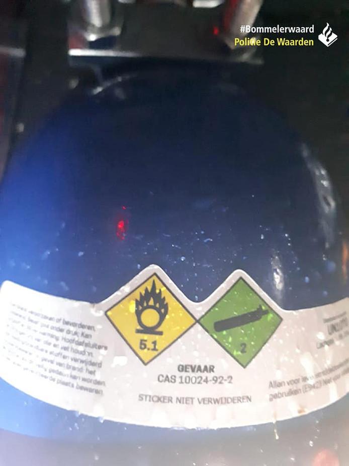 De politie maakte foto's van de auto waarin de inwoners van Ammerzoden lachgas gebruikten.