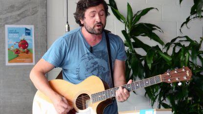 """Leuvenaar Tom Helsen heeft zijn muze gevonden: """"We zingen samen mijn 50ste song"""""""