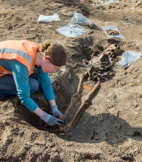 Skeletten en wapentuig gevonden bij archeologische opgraving in Elspeet