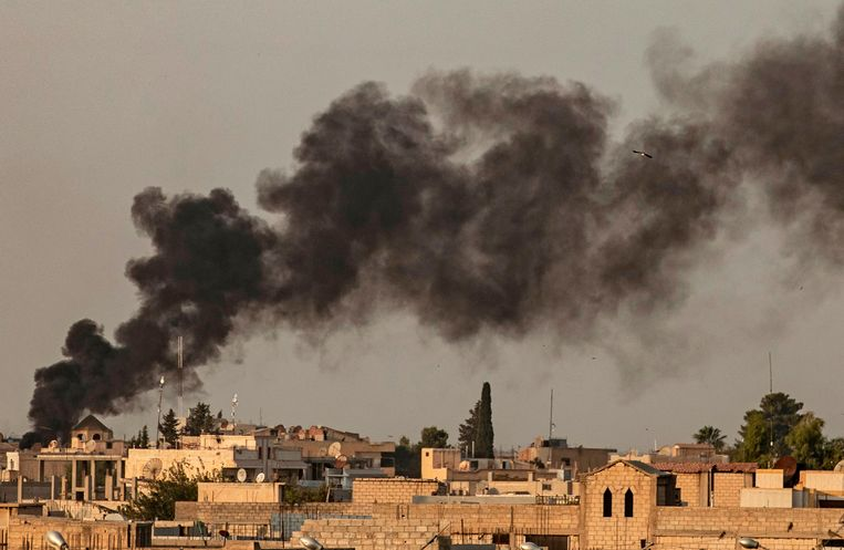 Rook stijgt op boven de Syrische stad Ras al-Ain, die woensdag door Turkije werd aangevallen.  Beeld AFP