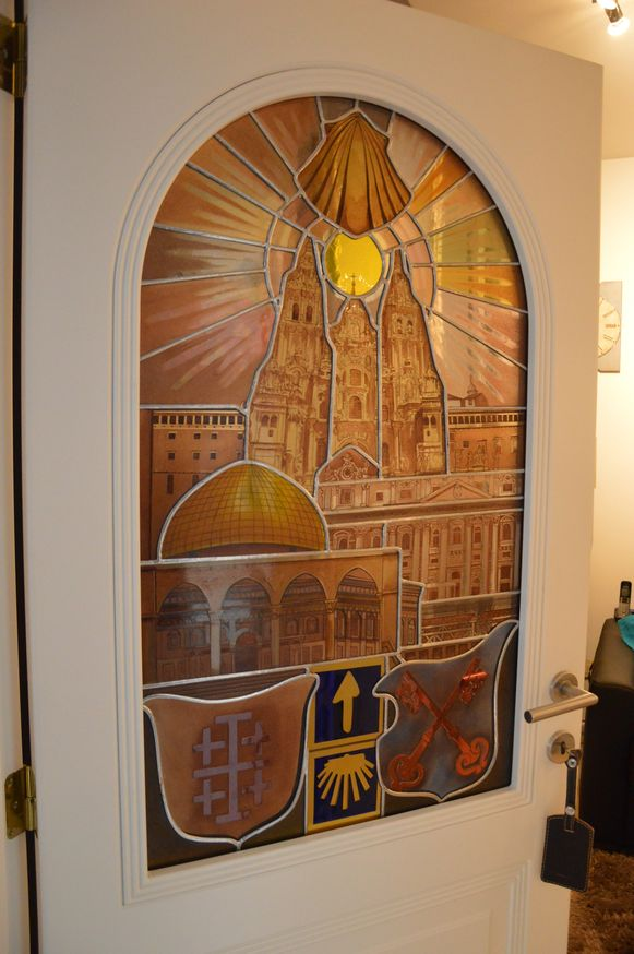 In dit glasraam in de woning van François is onder meer de kerk van Santiago de Compostela verwerkt (bovenaan).