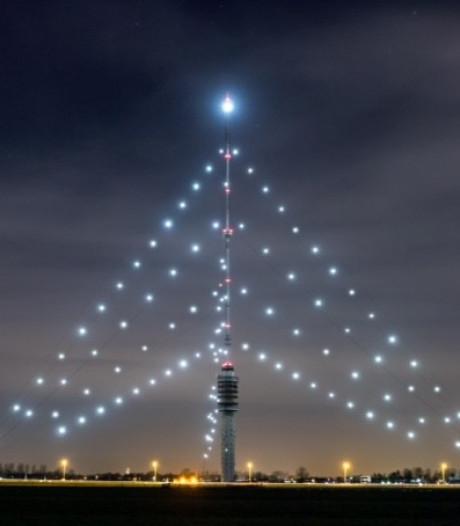Lee Towers ontsteekt De Grootste Kerstboom en viert een feestje in IJsselstein