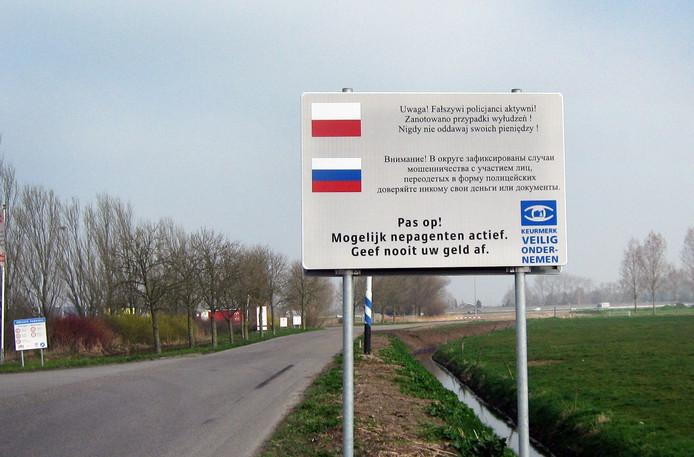 Bij de dealers maar ook langs de openbare weg werden waarschuwingen in meerdere talen opgehangen. Die hangen er nog steeds.