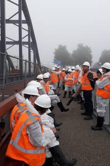 Pas op, nat! Dichte mist vertraagt verfklus op Oude IJsselbrug