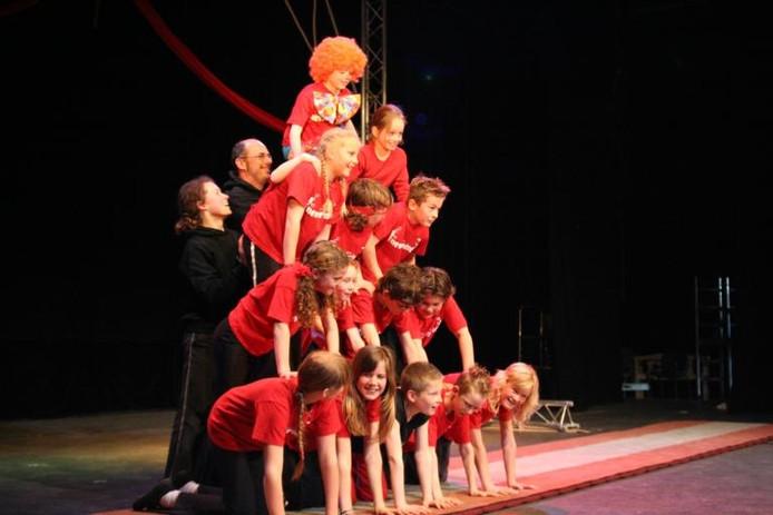 De clown bovenop een menselijke piramide. Het is één van de acts die tijdens het kindercircus geleerd kunnen worden.foto Joke Schot