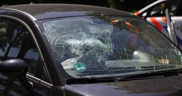 Flinke schade bij botsing tussen drie autos in Den Bosch.