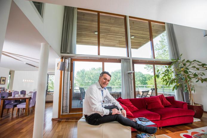 John van der Lingen in zijn appartement, dat hij met pijn in zijn hart gaat verlaten.