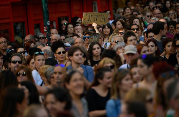 **Massale protesten in Spanje na borgtocht van bende die jonge vrouw misbruikte in 2016**