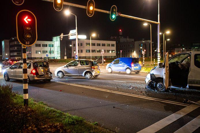 Door de klap waarmee de man met zijn bus op de personenauto knalde, vloog de auto een meter of vijftien over de weg.