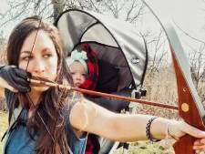 Moeder onder vuur omdat ze piepjong dochtertje meeneemt tijdens jacht