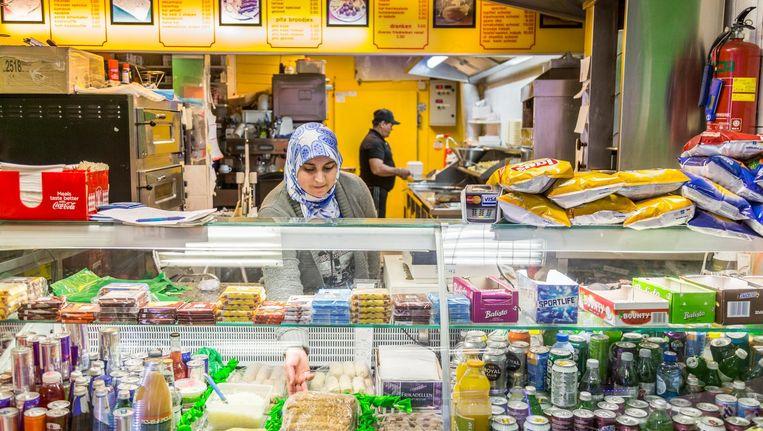 Mustafa El Nali en zijn vrouw Latif aan het werk in hun snackbar Beeld Tammy van Nerum