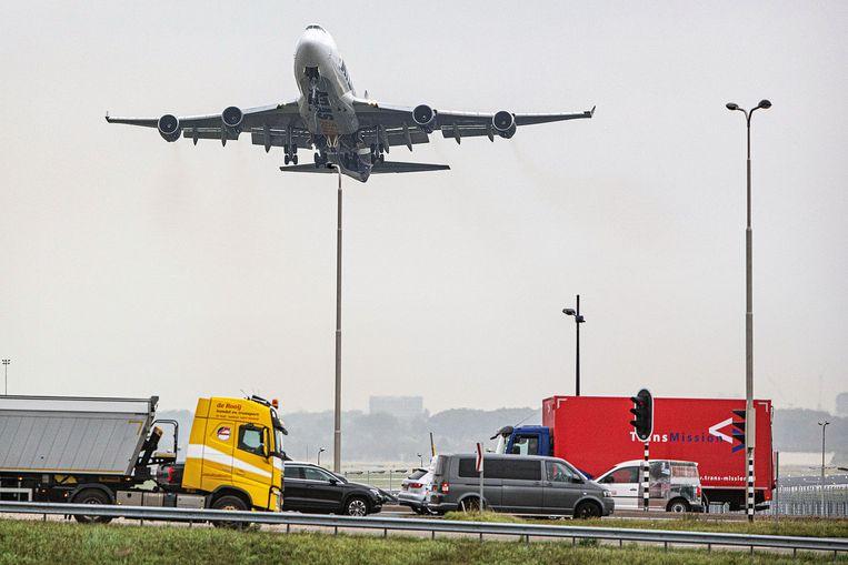 Vliegtuigen vertrekken vanaf Schiphol, ondanks de lage bezettingsgraad. Beeld Guus Dubbelman / de Volkskrant