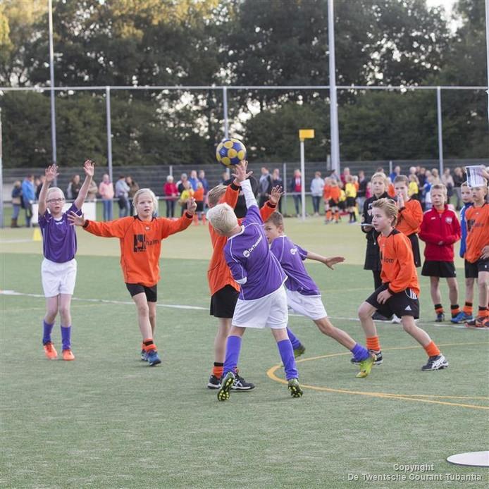 Duel tussen De Tweeklank uit Aadorp (paars) en de Shalomschool uit Vriezenveen (oranje) op schoolkorfbalkampioenschappen.