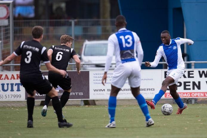 Be Quick Zutphen, met Michel Bakanga aan de bal tegen Veensche Boys (2-6), staat puntloos onderaan in 2G.