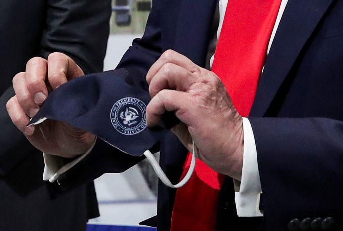 President Trump voelt zich met een mondkapje op net de legendarische radio- en  tv-held de Lone Ranger.