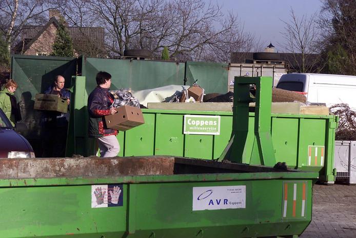 Afval wordt in een milieustraat in diverse containers gescheiden verzameld.