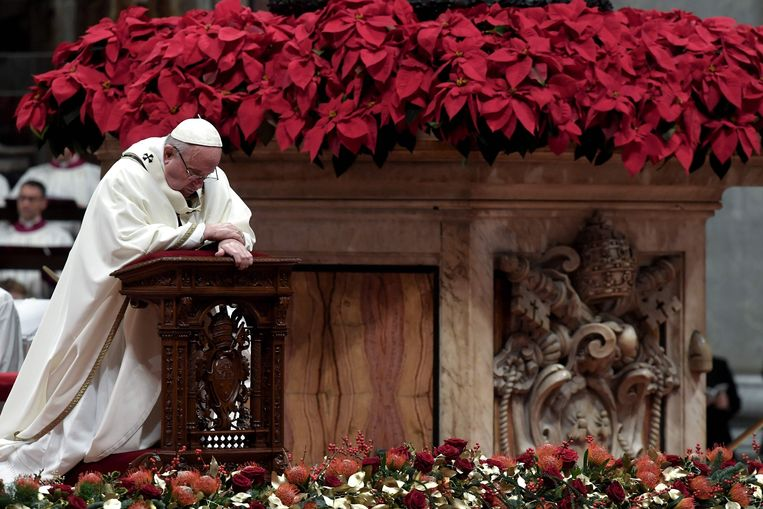 """Tijdens de kerstnachtmis in de Sint-Pietersbasiliek in Rome sprak paus Franciscus kritisch over de menselijke hebzucht en overdreven consumptiedrang. """"Niet materiële rijkdom, maar liefde voedt het leven."""""""