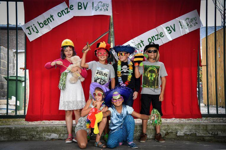 Enkele leerlingen van Toverboon poseren voor de foto met een kleurrijke hoed en zonnebril op.
