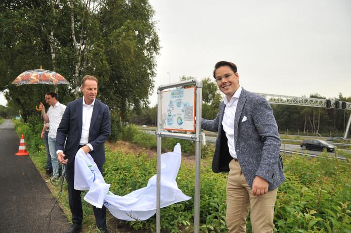 Wethouder Joa Maouche (rechts) bij het informatiebord van het nieuwe duurzame fietspad.