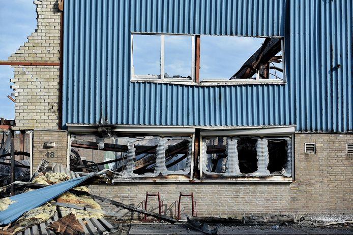 Een muur van een bedrijfspand viel op bij de brand Kraaiven Tilburg