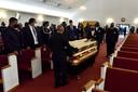 Dragers brengen de kist met daarin het lichaam van George Floyd de Free Baptist Will kerk van Raeford binnen.