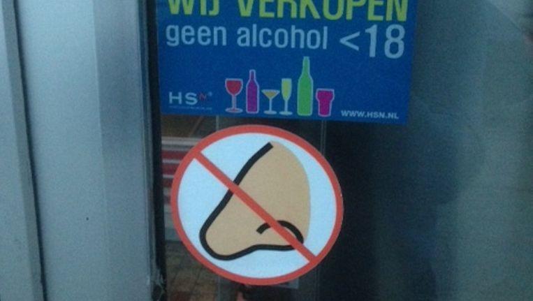 De sticker op de deur van poelier Wagenaar. Beeld Gemeente Amstelveen